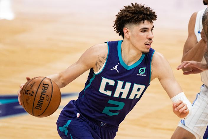 LaMelo Ball drives to the basket with the ball in his hand.