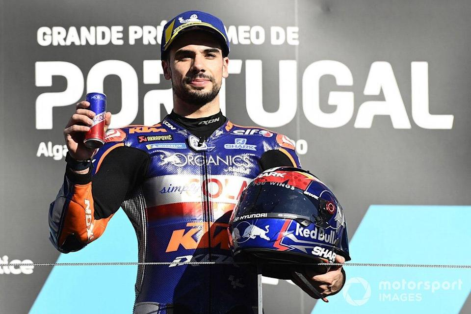 "Le vainqueur Miguel Oliveira, Red Bull KTM Tech 3 sur le podium<span class=""copyright"">Gold and Goose / Motorsport Images</span>"