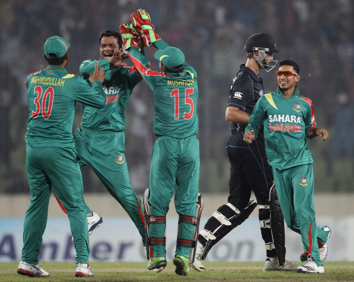 New Zealand's Grant Elliott (2nd R) leaves the field as Bangladesh's fielders celebrate his dismissal during their second one-day international (ODI) cricket match in Dhaka October 31, 2013. REUTERS/Andrew Biraj (BANGLADESH - Tags: SPORT CRICKET)
