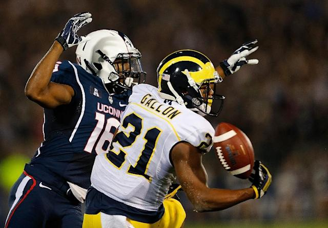 Byron Jones (L) of the Connecticut Huskies defends against Jeremy Gallon of the Michigan Wolverines on September 21, 2013 in East Hartford, Connecticut (AFP Photo/Jim Rogash)