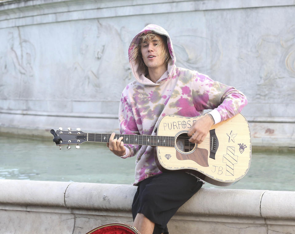 Photo by: KGC-182/STAR MAX/IPx 2018 9/18/18 Justin Bieber and Hailey Baldwin are seen out and about in London where they visited The London Eye, stopped outside Buckingham Palace where Justin serenaded Hailey while busking with an acoustic guitar, and grabbed a coffee at Cafe Nero. (London, England, UK)