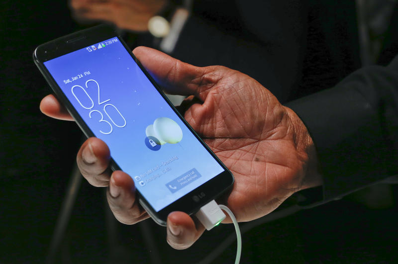 LG strikes deals to sell curved smartphone in US