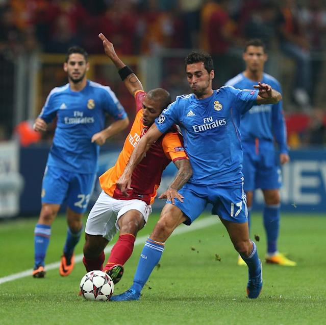 Alvaro Arbeloa of Real Madrid, right, vies for the ball with Felipe Melo of Galatasaray during their Champions League Group B soccer match, in Istanbul, Turkey, Tuesday, Sept. 17, 2013. (AP Photo)