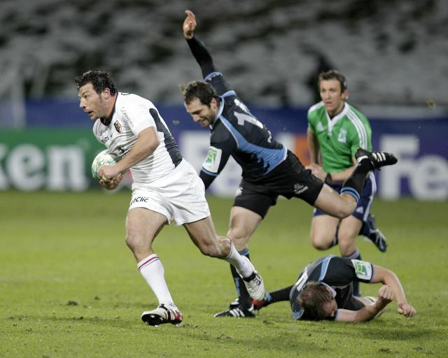 Toulouse's Byron Kelleher (R) vies with Glasgow Warriors' Federico Aramburu (C) and Alastair Kellock (down) during a Heineken Cup, pool six, rugby union match at Firhill Stadium in Glasgow on December 10, 2010. AFP PHOTO/GRAHAM STUART (Photo credit should read GRAHAM STUART/AFP/Getty Images)