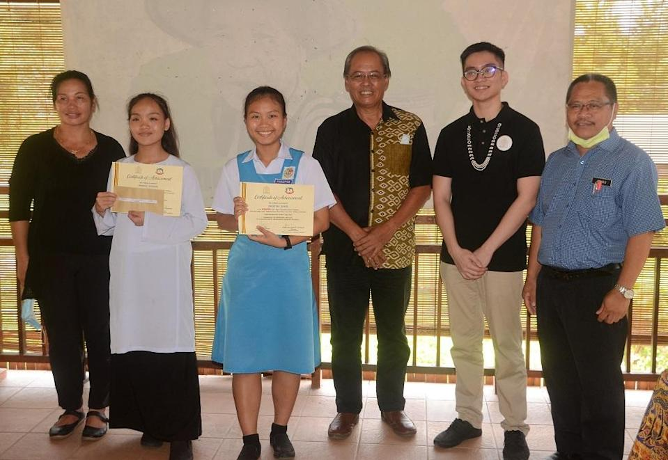 Ivan (second right) with upper secondary school winners of the writing competition. — Picture by Ivan Avannus Jacob Jimbangan