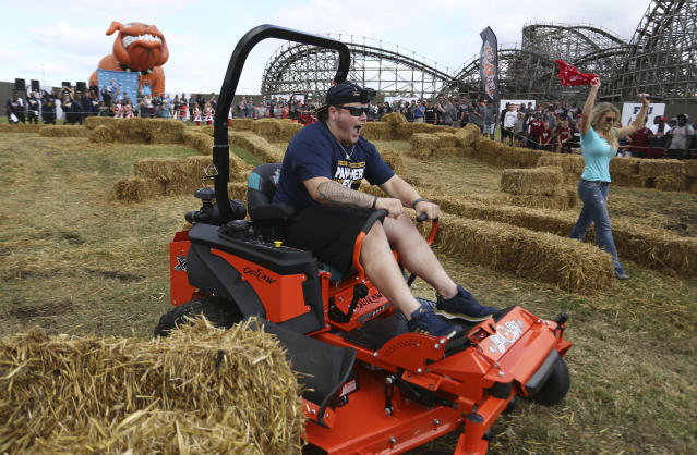 "Florida International University center <a class=""link rapid-noclick-resp"" href=""/ncaaf/players/272235/"" data-ylk=""slk:Shane McGough"">Shane McGough</a> crosses the finish line before his Temple University counterpart during the Bad Boy Mowers Championship Race at Busch Gardens Monday, Dec. 18, 2017. (James Borchuck/The Tampa Bay Times via AP)"