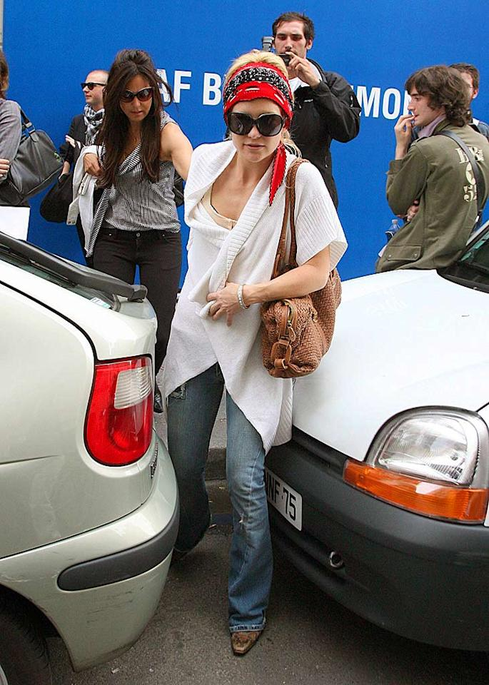 """Kate Hudson can't hide from the photographers in her bright red scarf. <a href=""""http://www.x17online.com"""" target=""""new"""">X17 Online</a> - June 30, 2007"""