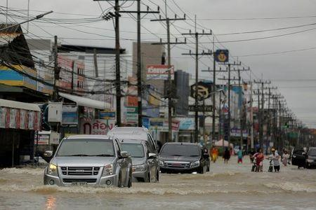 Cars drive through a flooded street at Muang district in Nakhon Si Thammarat province, southern Thailand, January 6, 2017. REUTERS/Wirittipon Withandetsit