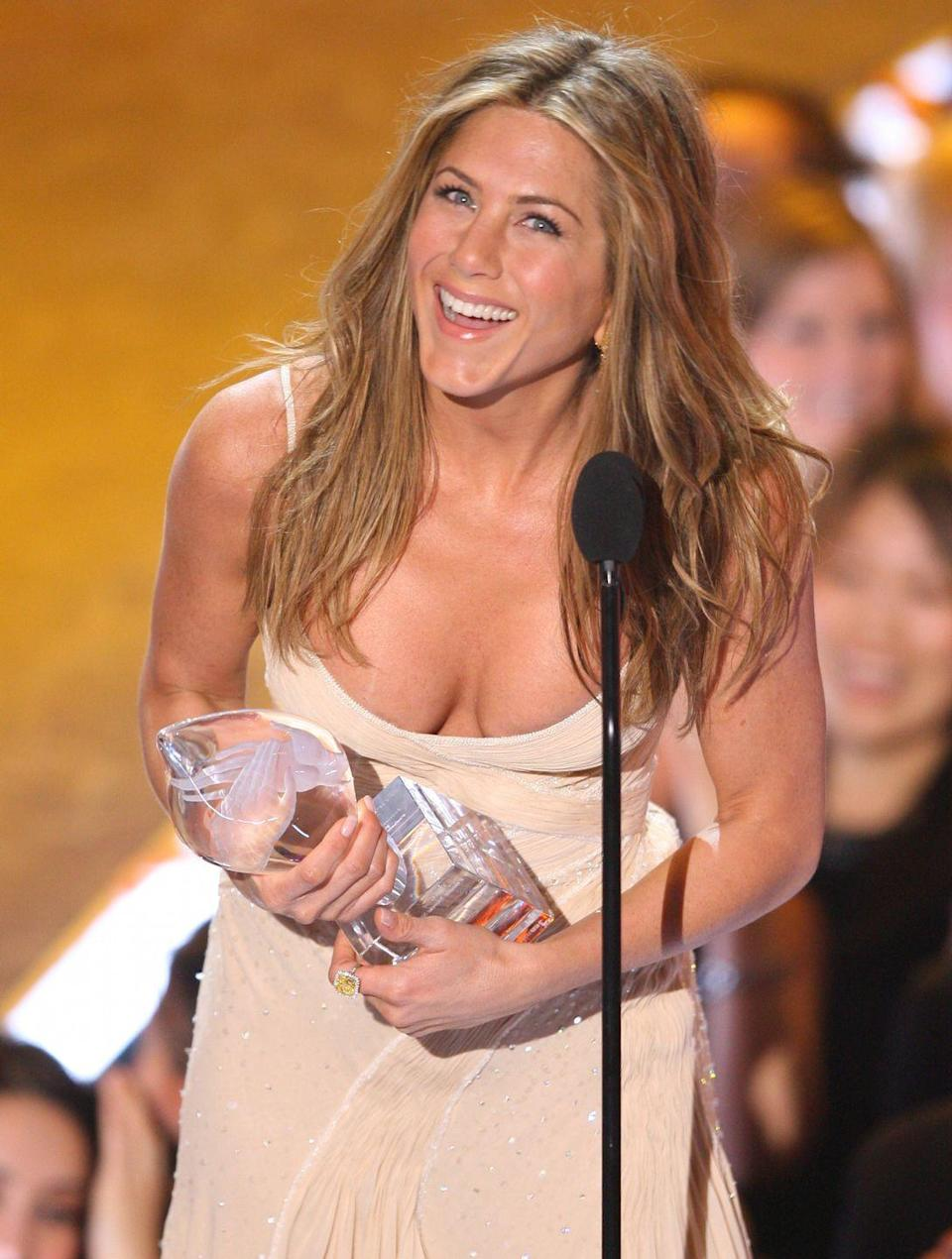 <p>Jennifer received the People's Choice Award for Favorite Female Actress in 2007. She looks positively happy.<br></p>