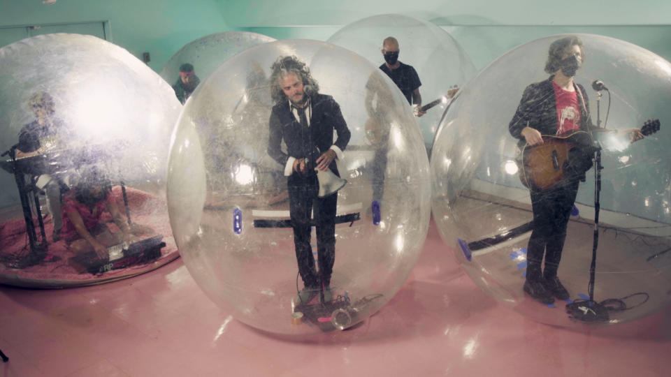 Flaming Lips perform in bubbles on Jimmy Fallon
