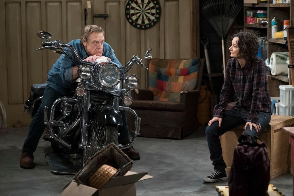 John Goodman and Sara Gilbert's characters mourn Roseanne in the first episode of <em>The Conners</em>. (Photo: Eric McCandless/ABC via Getty Images)