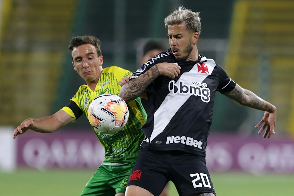 FLORENCIO VARELA, ARGENTINA - NOVEMBER 26: Marcos Jr of Vasco da Gama fights for the ball with Valentín Larralde of Defensa y Justicia during a round of sixteen first leg match between Defensa y Justicia and Vasco Da Gama as part of Copa CONMEBOL Sudamericana 2020 at Estadio Norberto Tomaghello on November 26, 2020 in Florencio Varela, Argentina. (Photo by Daniel Jayo/Getty Images)