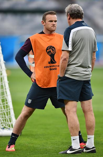 England's coach Roy Hodgson (R) speaks to forward Wayne Rooney during a training session in Belo Horizonte on June 23, 2014 (AFP Photo/Ben Stansall)