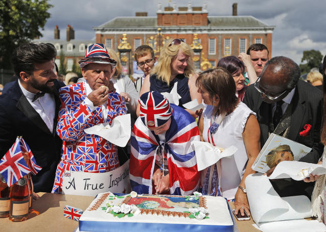 <p>Royal fans for the late Diana, Princess of Wales, cut a cake outside Kensington Palace in London, Aug. 31, 2017. (Photo: Frank Augstein/AP) </p>