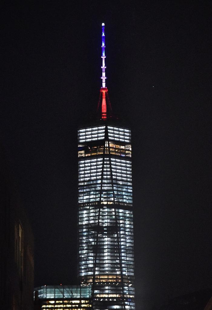 Red, white and blue colors are seen on top of the tower of One World Trade Center in New York, on November 13, 2015, in solidarity with France (AFP Photo/Louis Lanzano)