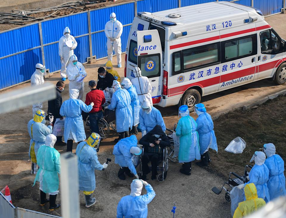 Chinese medical workers escort the first batch of patients infected with the new coronavirus and pneumonia and to be hospitalized upon their arrival at the newly-built Huo Shen Shan Hospital or Huoshenshan Hospital in Wuhan City, central China's Hubei Province on February 4th, 2020. (Photo by Liu Zhongcan / Costfoto/Sipa USA)