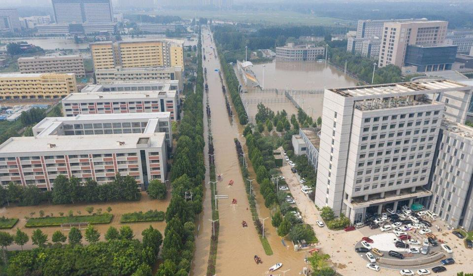 Aerial photo taken on July 22 shows rescuers using rafts to evacuate people from a hospital in Zhongmu county of Zhengzhou in central China's Henan province. Photo: Xinhua