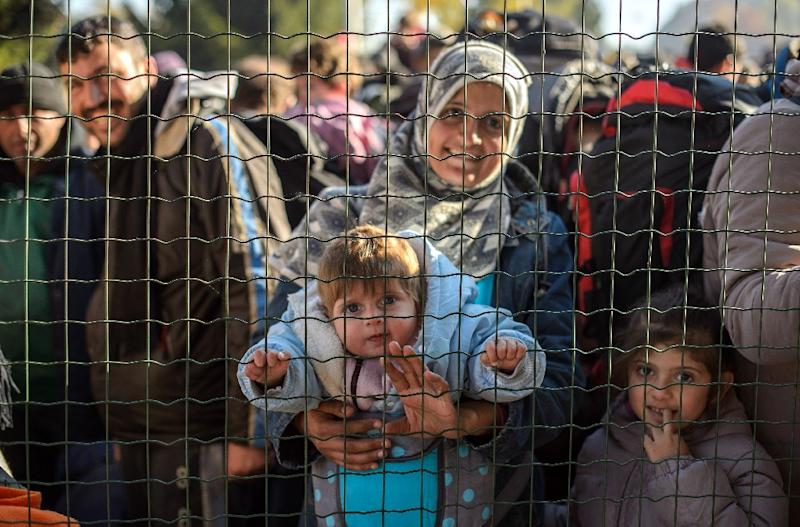 Refugees and migrants wait to cross the Slovenian-Austrian border from the Slovenian city of Sentilj, on November 3, 2015 (AFP Photo/Rene Gomolj)