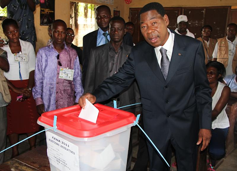 Benin's President Thomas Boni Yayi (R) casts his vote on April 30, 2011 at a polling station in the Cadjehoun primary school in the capital Cotonou (AFP Photo/Fiacre Vidjingninou)