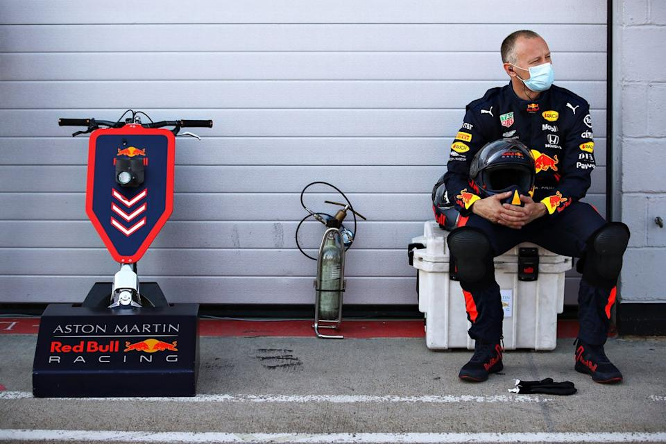 "Un miembro de Red Bull Racing en el pitlane<span class=""copyright"">Red Bull Content Pool</span>"