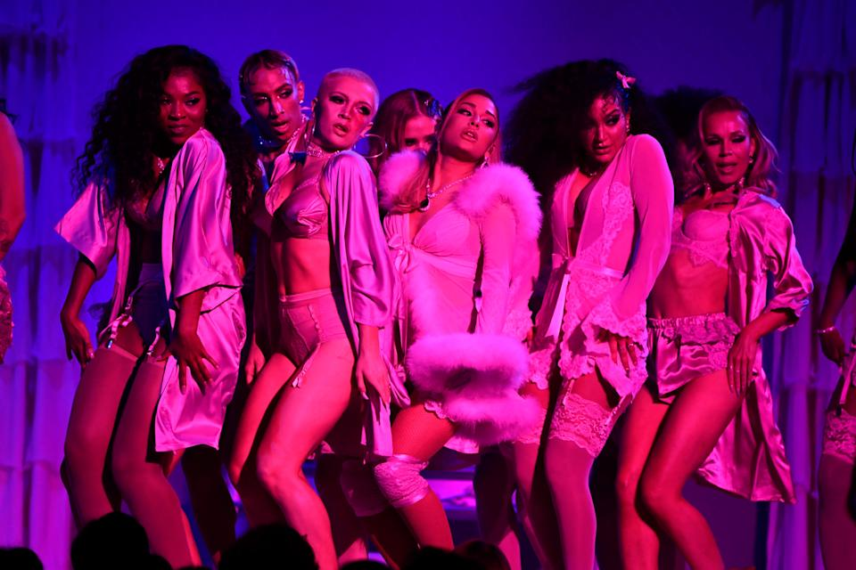 Ariana Grande performs with backup dancers at the Grammy Awards.