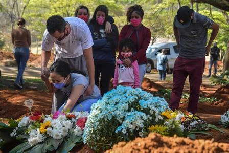 89079512_Relatives mourn during the burial of 65-year-old Maria Joana Nascimento who died suspectedl.jpg