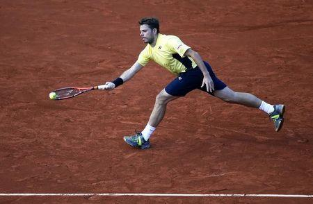 Stanislas Wawrinka of Switzerland returns a forehand to Guillermo Garcia-Lopez of Spain during their men's singles match at the French Open tennis tournament at the Roland Garros stadium in Paris May 26, 2014. REUTERS/Gonzalo Fuentes