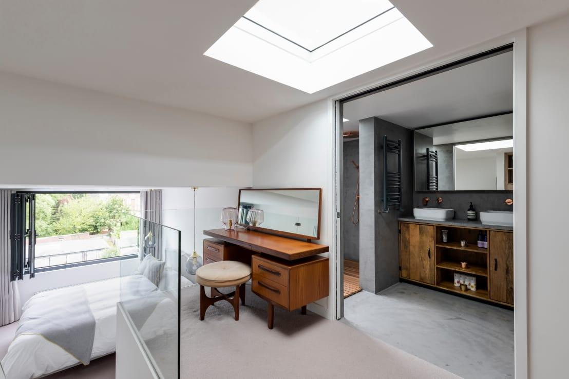 """<p>Flowing out of the bathroom is the dressing space, which leads us down a few steps into the bedroom – and just see how magnificently all these areas are lit up thanks to the incoming natural light.</p><p>Need a<a rel=""""nofollow"""" href=""""https://www.homify.co.uk/professionals"""">professional</a> touch in your bedroom (or bathroom or garden...)? Check out our range of experts here on homify.</p>  Credits: homify / R+L Architect"""