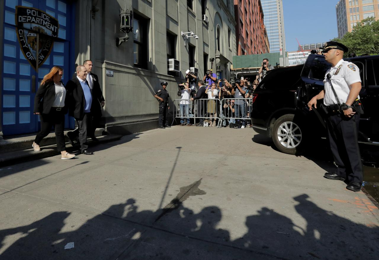 Film producer Harvey Weinstein leaves the 1st Precinct in Manhattan in New York, U.S., May 25, 2018. REUTERS/Lucas Jackson     TPX IMAGES OF THE DAY