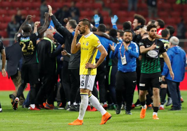 Soccer Football - Turkish Cup Final - Akhisarspor v Fenerbahce - Diyarbakir Stadium, Diyarbakir, Turkey - May 10, 2018 Akhisarspor players and staff celebrate winning the Turkish Cup Final as Fenerbahce's Mehmet Topal looks dejected REUTERS/Murad Sezer