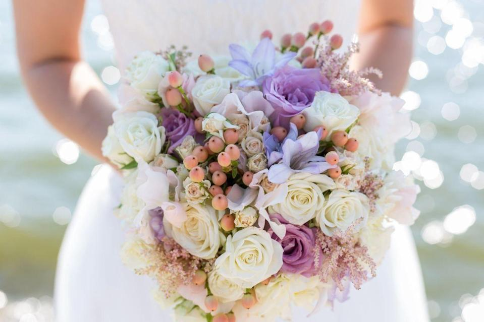 A bride has stole flowers for her wedding. [Photo: Getty]