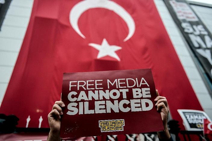 A protester holds a sign during a rally in Istanbul against the Turkish government's crackdown on media outlets on October 27, 2015 (AFP Photo/Ozan Kose)