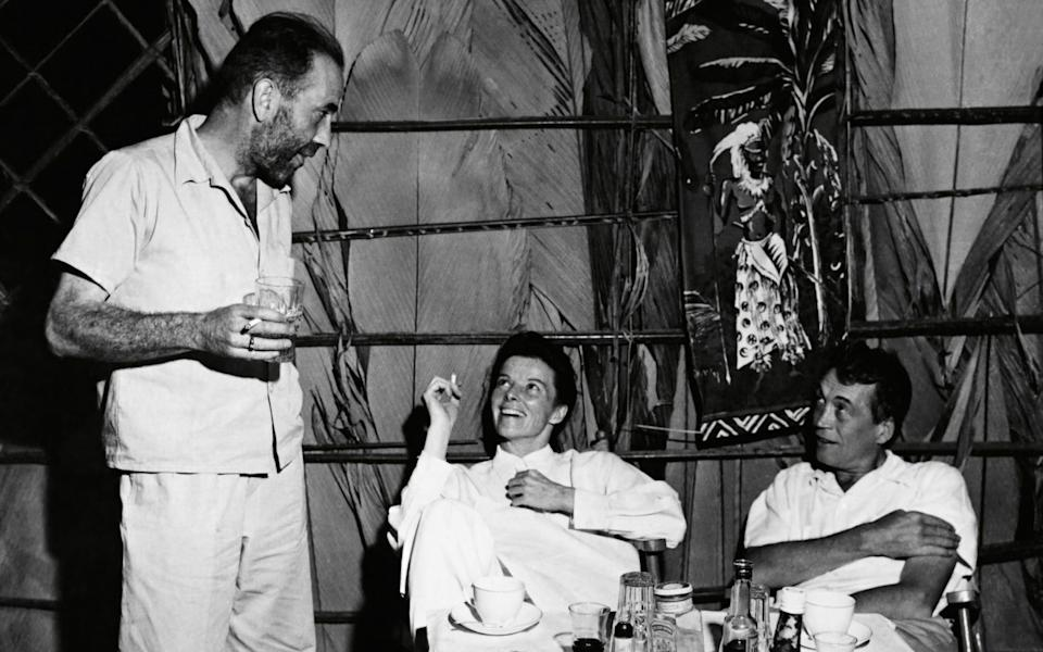Bogart, Hepburn and Huston relax between takes, in one of the less fraught episodes - Alamy