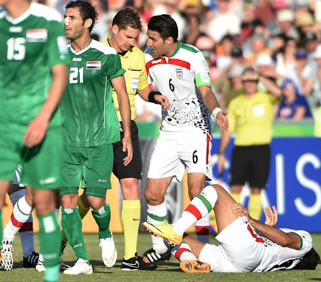 Photo taken on January 23, 2015 shows Javad Nekonam (C-R) of Iran talking to Australian referee Ben Williams (C-L) during their AFC Asian Cup quarter-final against Iraq in Canberra (AFP Photo/Peter Parks)