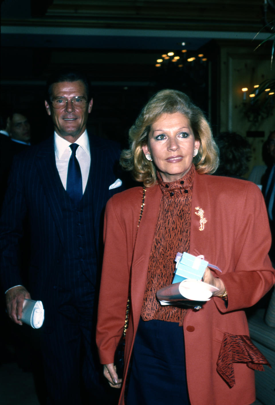 <p>Luisa Mattioli e Roger Moore nel 1988 a Los Angeles (Photo by Donaldson Collection/Michael Ochs Archives/Getty Images)</p>