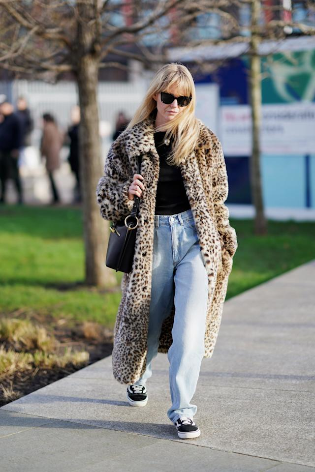 <p>Go for a skater-chic look by pairing baggy jeans with Van's sneakers. A t-shirt, animal-print coat, and sunglasses are perfect for a fresh and low-key finish. </p>
