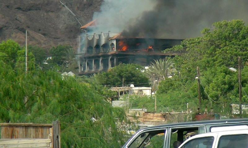 Flames and smoke rise from Sheikh bin Farid palace, used as a base by the Saudi-led coalition forces, after it was hit by a rocket attack on October 6, 2015 on the outskirts of Aden (AFP Photo/Saleh al-Obeidi)