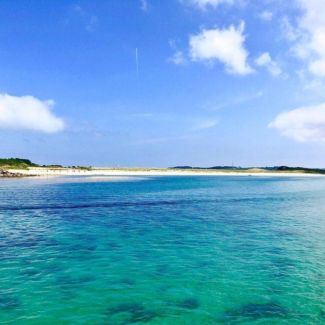 """<p>Another of the most stunning beaches in Scilly, Appletree offers over half a mile of soft sand. Its clear waters stretch to the warm, shallow waters of the Tresco flats, making it a great spot for paddling and snorkelling.</p><p><a href=""""https://www.instagram.com/p/B0tsooRA1Gv/"""" rel=""""nofollow noopener"""" target=""""_blank"""" data-ylk=""""slk:See the original post on Instagram"""" class=""""link rapid-noclick-resp"""">See the original post on Instagram</a></p>"""