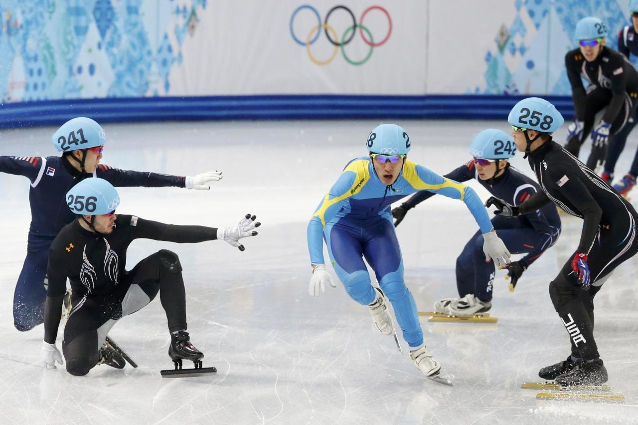 Kazakhstan's Nurbergen Zhumagaziyev (C) passes between J.R. Celski (R) and Eduardo Alvarez (front L) of the U.S. who both fell, and South Korea's Park Se-yeong and South Korea's Lee Ho-suk (back L), during the men's 5,000 metres short track speed skating relay semi-final event at the Iceberg Skating Palace during the 2014 Sochi Winter Olympics February 13, 2014. REUTERS/Lucy Nicholson (RUSSIA - Tags: SPORT SPEED SKATING OLYMPICS)