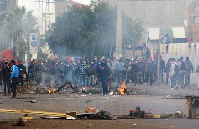 Tunisian protesters clash with security forces in Kasserine, on January 21, 2016 (AFP Photo/Mohamed Khalil)