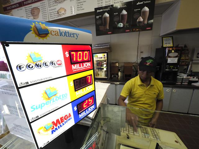 <p>A clerk operates a cash register after a customer purchases Powerball tickets at a doughnut shop in Oakland, Calif., Aug. 22, 2017. (Photo: John G. Mabanglo/EPA/REX/Shutterstock) </p>