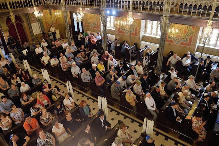 Romanian members of the Jewish community are pictured during a commemoration service for Holocaust survivor Elie Wiesel, at Choral Temple in Bucharest on July 7, 2016 (AFP Photo/Daniel Mihailescu)