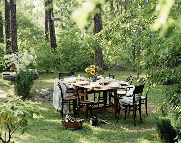 """<p>As we settle into the warming weather, <a href=""""https://www.veranda.com/outdoor-garden/g36081174/outdoor-entertaining-essentials/"""" rel=""""nofollow noopener"""" target=""""_blank"""" data-ylk=""""slk:dining en plein air"""" class=""""link rapid-noclick-resp"""">dining <em>en plein air</em></a> is one of the easiest ways to get out of the house and spend some time with family and friends. Hosting <a href=""""https://www.veranda.com/luxury-lifestyle/g36147760/outdoor-party-ideas/"""" rel=""""nofollow noopener"""" target=""""_blank"""" data-ylk=""""slk:an outdoor party"""" class=""""link rapid-noclick-resp"""">an outdoor party</a> doesn't mean skimping on setting the table especially with so many beautifully patterned tableware options available these days that are made specifically with al fresco occasions in mind. </p><p>Plates made of melamine, tin, and acrylic are formulated for outdoor wear and tear yet still look beautiful enough for <a href=""""https://www.veranda.com/luxury-lifestyle/g36147760/outdoor-party-ideas/"""" rel=""""nofollow noopener"""" target=""""_blank"""" data-ylk=""""slk:your chicest outside soiree"""" class=""""link rapid-noclick-resp"""">your chicest outside soiree</a>. They are designed to be shatter-proof when moving about the patio, scratch-resistant, kid-friendly, and lightweight enough to carry in a picnic basket. From designs that lean into their materials like fanciful acrylic bowls to melamine plates that look like real ceramics, the variety of designs are vast and playful to inspire your next alfresco gathering.</p>"""