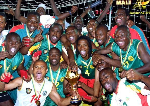 Cameroonian players jubilate with the cup after wi : News Photo