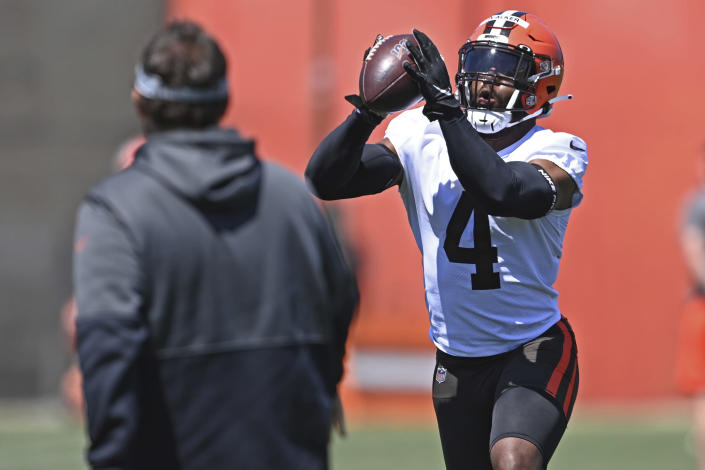 Cleveland Browns linebacker Anthony Walker Jr. (4) catches a football during an NFL football practice at the team's training facility, Thursday, June 17, 2021, in Berea, Ohio. (AP Photo/David Dermer)
