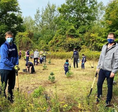 Cogeco employees in Ontario and Québec at work during 1Cogeco Community Engagement Day #Cogecommunity (CNW Group/Cogeco Inc.)