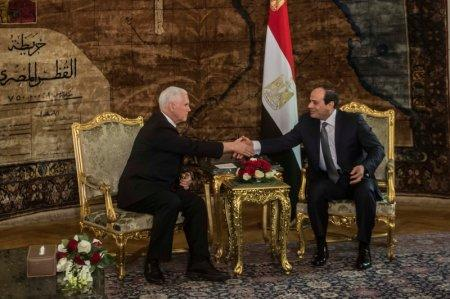 Egyptian President Abdel Fattah al-Sisi (R) shakes hands with with U.S. Vice President Mike Pence during their meeting at the Presidential Palace in Cairo, Egypt January 20, 2018. REUTERS/ Khaled Desouki/Pool