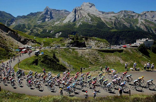 PHOTO: Team Sky Procycling leads the peloton on the climb of the Col d'Aubisque during stage 16 of the 2012 Tour de France from Pau to Bagneres-de-Luchon, on July 18, 2012, in Gourette, France. (Doug Pensinger/Getty Images)
