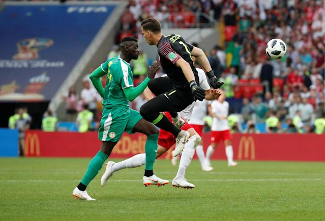 Soccer Football - World Cup - Group H - Poland vs Senegal - Spartak Stadium, Moscow, Russia - June 19, 2018 Poland's Wojciech Szczesny in action with Senegal's M'Baye Niang REUTERS/Christian Hartmann