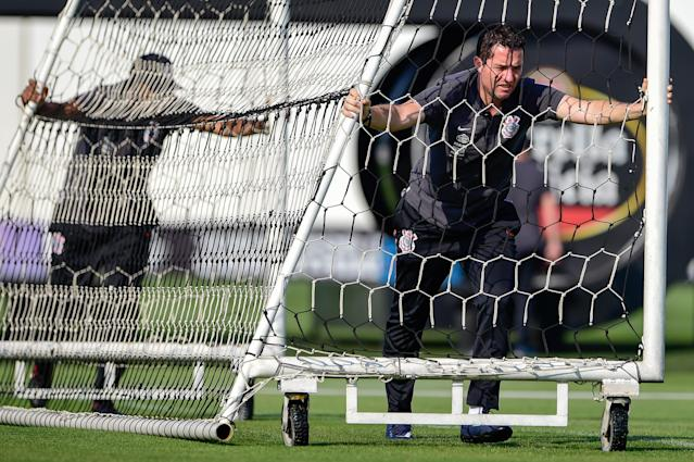 <em>Loss empurra a trave durante treino no CT alvinegro (Fernando Dantas/Gazeta Press)</em>